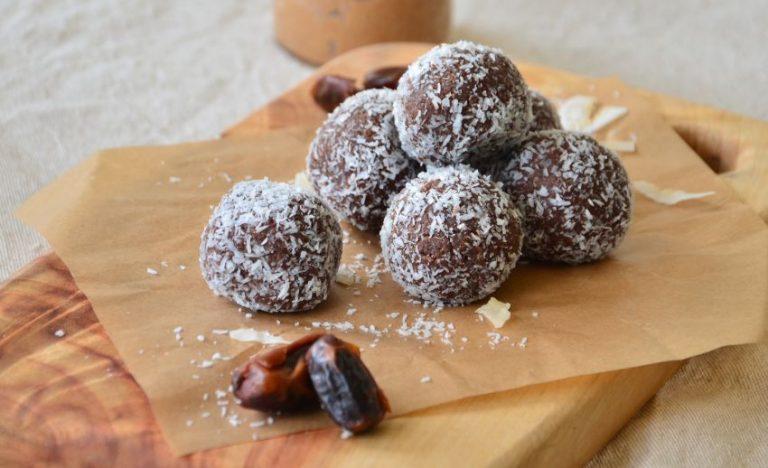Bomboane Raffaello fără zahăr și fără coacere, din 3 ingrediente: migdale, curmale și fulgi de cocos