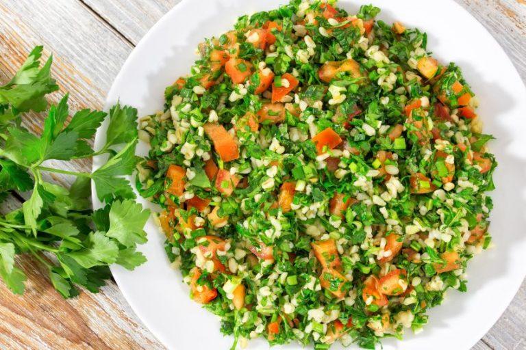 Salata de pătrunjel, sățioasă și foarte sănătoasă! Ce beneficii are