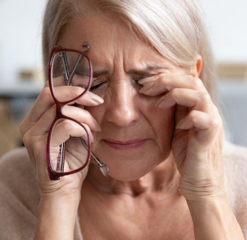 vedere încețoșată a persoanelor în vârstă)