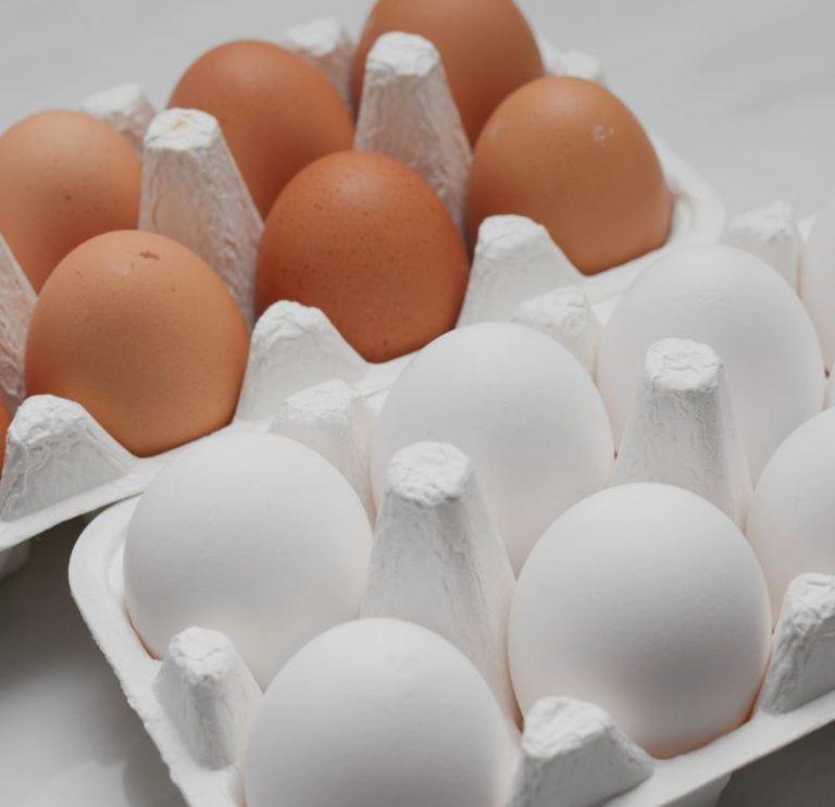 Ouă albe sau maro: care sunt mai bune şi care este diferenţa dintre ele?