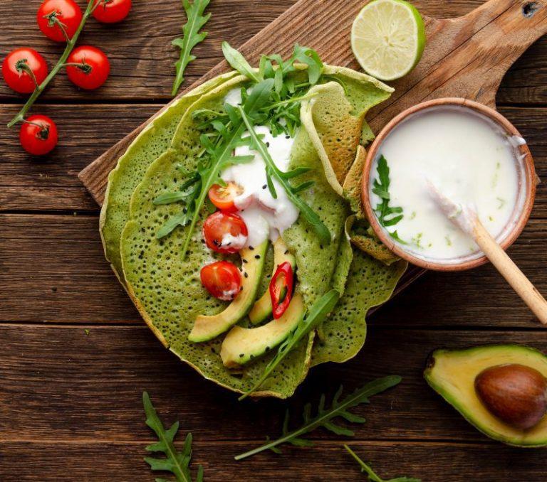 Clătite verzi cu spanac şi umplutură de avocado, roşii cherry şi brânză cottage
