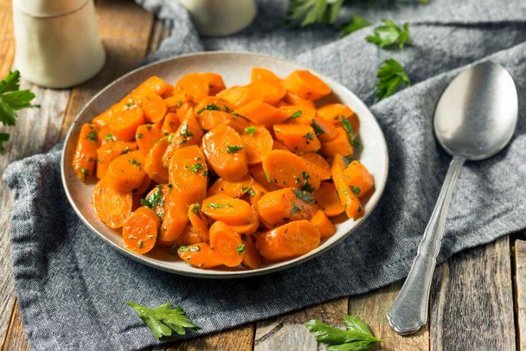 Rețetă Sote de morcovi cu usturoi, unt și pătrunjel proaspăt