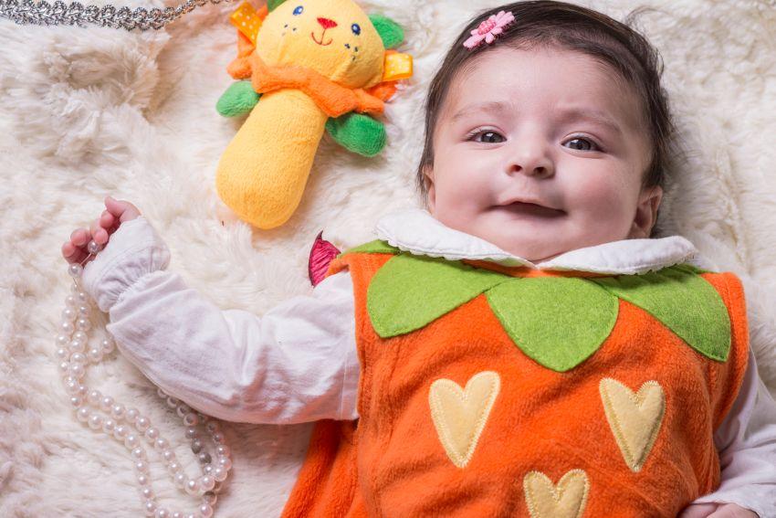 Bebelușii își privesc îngerașii
