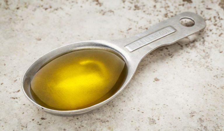 O lingură de ulei de măsline dimineața, pe stomacul gol, face minuni pentru sănătate